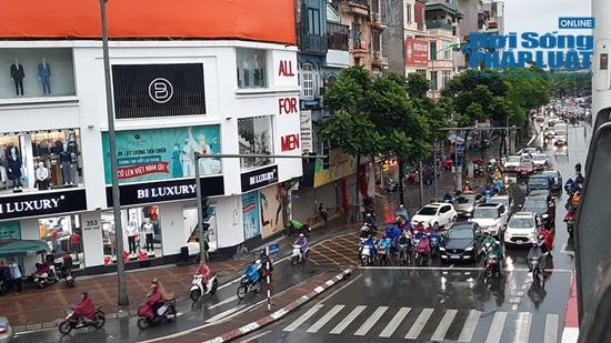 """Hà Nội mưa tầm tã, nhiều tuyến phố ùn tắc kinh hoàng, dân công sở """"chôn chân"""" hàng giờ chưa thể đến chỗ làm - Ảnh 11"""