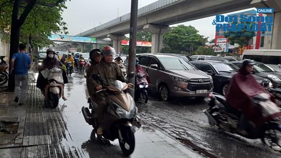 """Hà Nội mưa tầm tã, nhiều tuyến phố ùn tắc kinh hoàng, dân công sở """"chôn chân"""" hàng giờ chưa thể đến chỗ làm - Ảnh 2"""