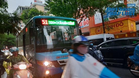 """Hà Nội mưa tầm tã, nhiều tuyến phố ùn tắc kinh hoàng, dân công sở """"chôn chân"""" hàng giờ chưa thể đến chỗ làm - Ảnh 5"""