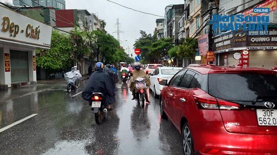"""Hà Nội mưa tầm tã, nhiều tuyến phố ùn tắc kinh hoàng, dân công sở """"chôn chân"""" hàng giờ chưa thể đến chỗ làm - Ảnh 6"""