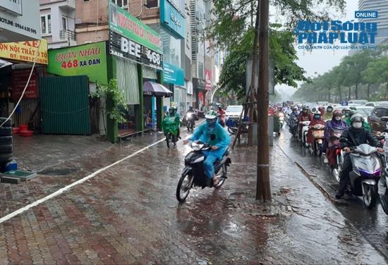 """Hà Nội mưa tầm tã, nhiều tuyến phố ùn tắc kinh hoàng, dân công sở """"chôn chân"""" hàng giờ chưa thể đến chỗ làm - Ảnh 7"""