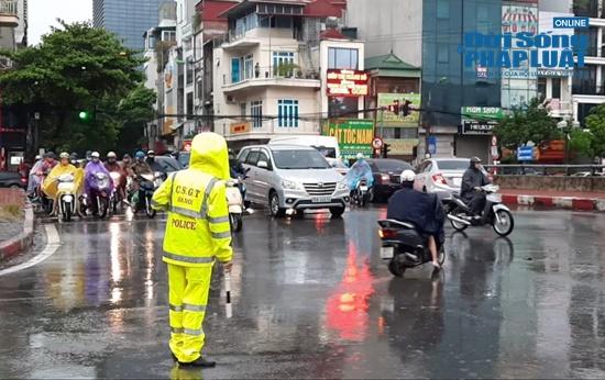 """Hà Nội mưa tầm tã, nhiều tuyến phố ùn tắc kinh hoàng, dân công sở """"chôn chân"""" hàng giờ chưa thể đến chỗ làm - Ảnh 8"""