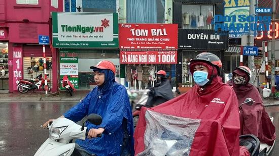 """Hà Nội mưa tầm tã, nhiều tuyến phố ùn tắc kinh hoàng, dân công sở """"chôn chân"""" hàng giờ chưa thể đến chỗ làm - Ảnh 9"""