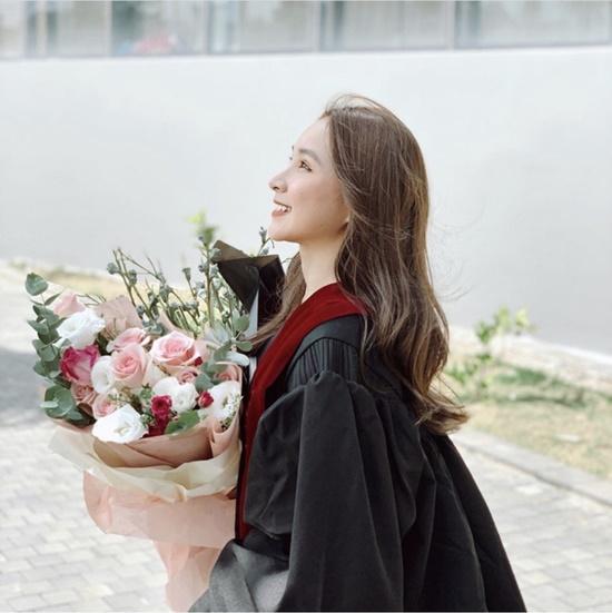 Nữ sinh đại học Văn Lang xinh đẹp tựa thiên thần trong lễ tốt nghiệp, là em gái của một MC đình đám - Ảnh 1