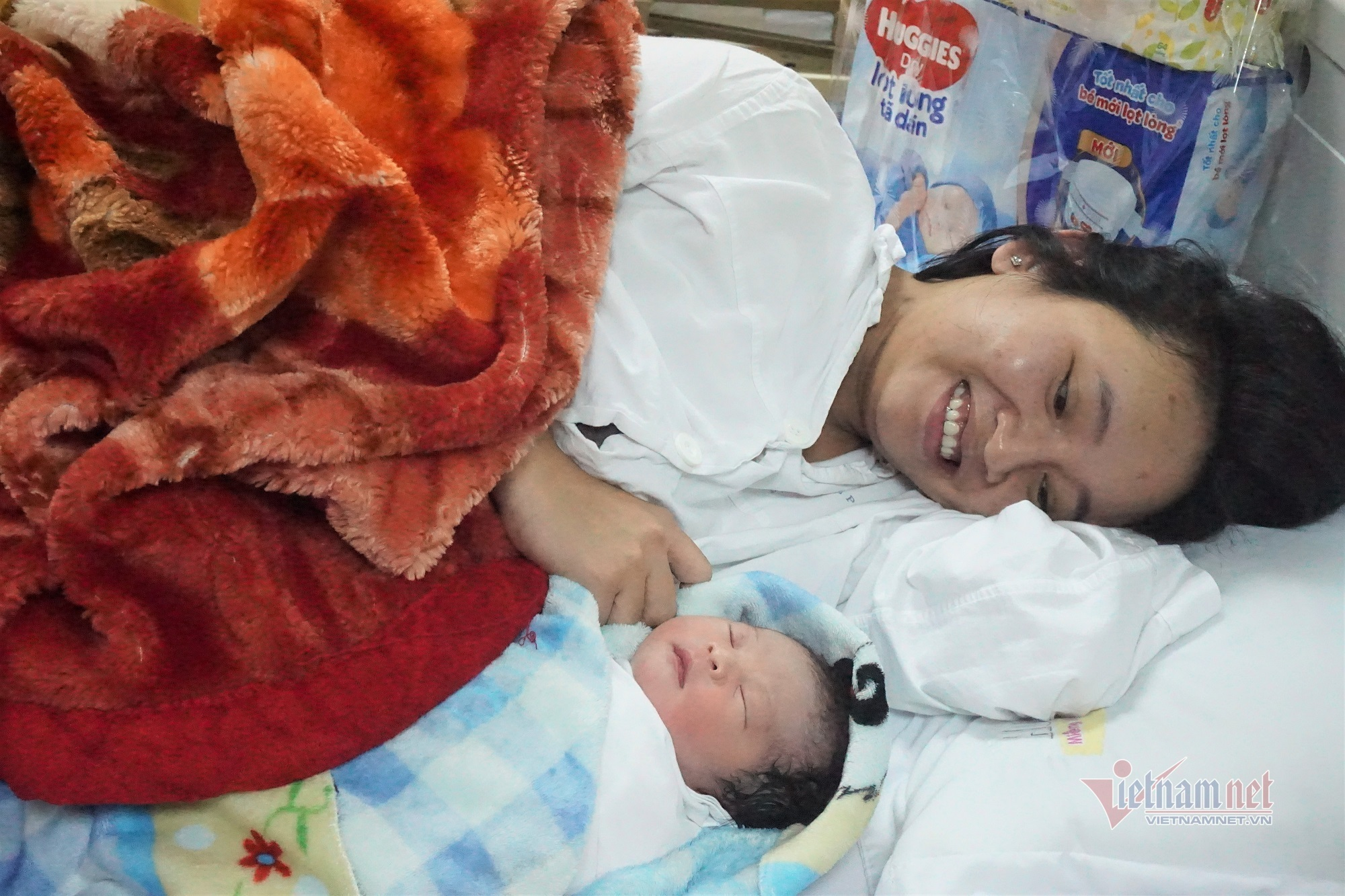 Những công dân nhí Việt đầu tiên chào đời ngay thời khắc giao thừa 2021 - Ảnh 2