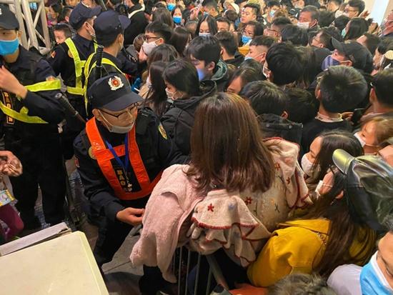 Kinh hoàng cảnh chen lấn tại Countdown chào năm mới 2021, cảnh sát căng mình giải quyết đám đông - Ảnh 3