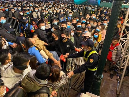 Kinh hoàng cảnh chen lấn tại Countdown chào năm mới 2021, cảnh sát căng mình giải quyết đám đông - Ảnh 5