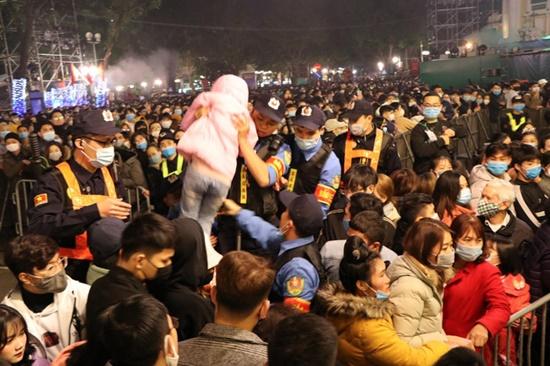 Kinh hoàng cảnh chen lấn tại Countdown chào năm mới 2021, cảnh sát căng mình giải quyết đám đông - Ảnh 9