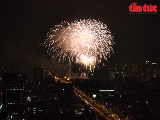 Mãn nhãn màn pháo hoa rực sáng trên bầu trời Hà Nội chào đón năm mới Tân Sửu 2021 - Ảnh 10