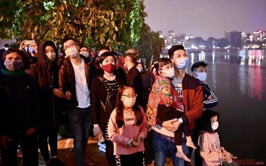 Mãn nhãn màn pháo hoa rực sáng trên bầu trời Hà Nội chào đón năm mới Tân Sửu 2021 - Ảnh 11