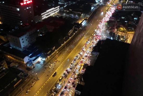 Mãn nhãn màn pháo hoa rực sáng trên bầu trời Hà Nội chào đón năm mới Tân Sửu 2021 - Ảnh 2