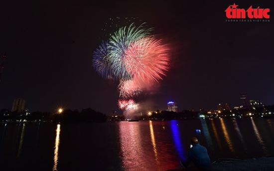 Mãn nhãn màn pháo hoa rực sáng trên bầu trời Hà Nội chào đón năm mới Tân Sửu 2021 - Ảnh 3