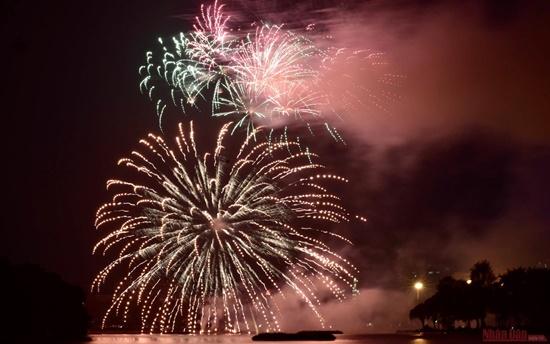 Mãn nhãn màn pháo hoa rực sáng trên bầu trời Hà Nội chào đón năm mới Tân Sửu 2021 - Ảnh 4