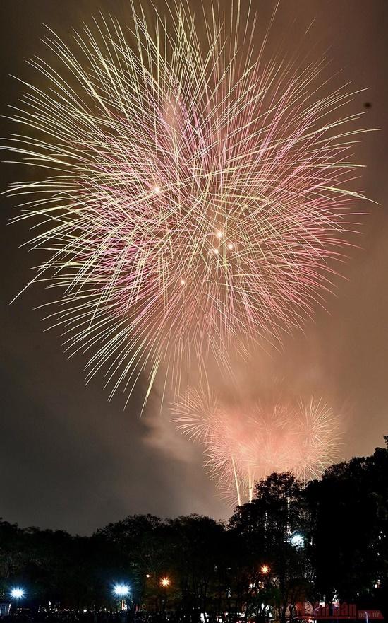 Mãn nhãn màn pháo hoa rực sáng trên bầu trời Hà Nội chào đón năm mới Tân Sửu 2021 - Ảnh 5