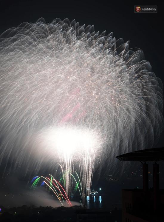 Mãn nhãn màn pháo hoa rực sáng trên bầu trời Hà Nội chào đón năm mới Tân Sửu 2021 - Ảnh 6