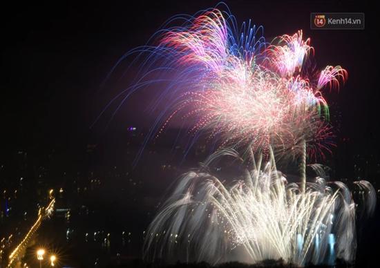 Mãn nhãn màn pháo hoa rực sáng trên bầu trời Hà Nội chào đón năm mới Tân Sửu 2021 - Ảnh 7