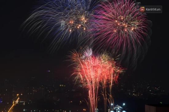 Mãn nhãn màn pháo hoa rực sáng trên bầu trời Hà Nội chào đón năm mới Tân Sửu 2021 - Ảnh 8