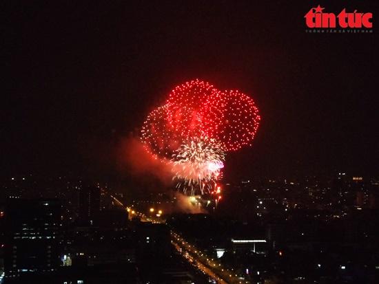 Mãn nhãn màn pháo hoa rực sáng trên bầu trời Hà Nội chào đón năm mới Tân Sửu 2021 - Ảnh 9