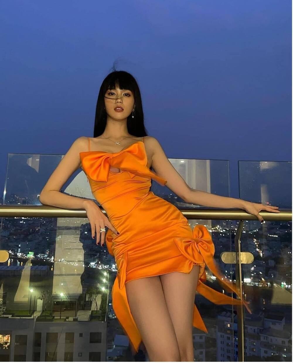 """Ngọc Trinh khiến dân tình xôn xao với tạo hình """"lạ"""", """"xúng xính"""" váy cam đi chơi Valentine - Ảnh 1"""
