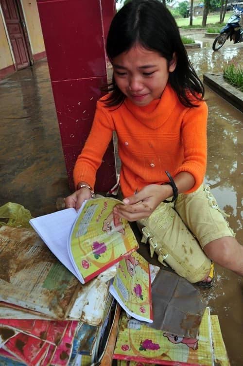 Cô bé khóc nức nở vì sách vở ướt nhẹp sau 10 năm: Ra dáng thiếu nữ xinh đẹp, trở thành sinh viên trường y - Ảnh 1