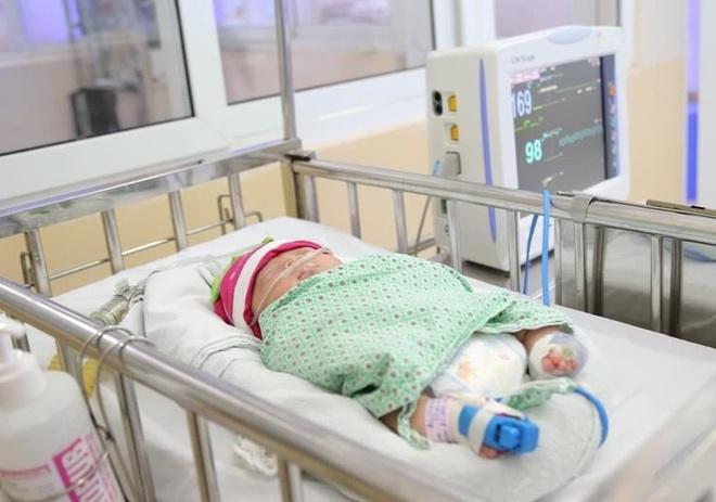 Bé gái sơ sinh bị bỏ rơi bên cạnh giỏ quần áo ở Long Biên được các bác sĩ đặt tên - Ảnh 1
