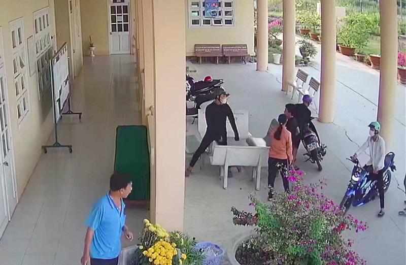 Vụ nhóm côn đồ xông vào trường học, đánh 3 nam sinh: Triệu tập 10 đối tượng - Ảnh 1