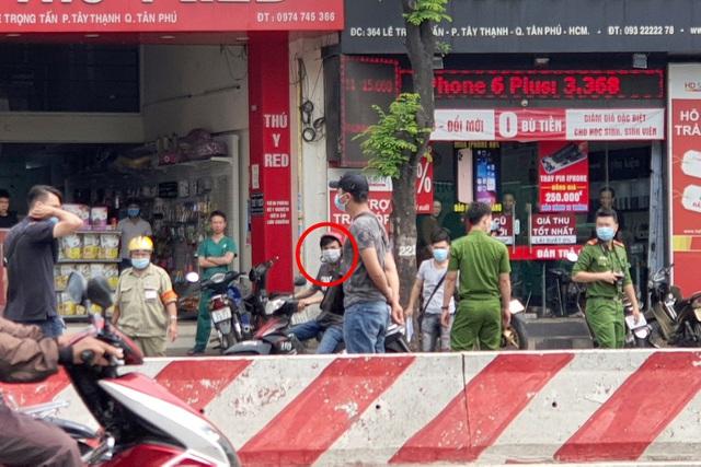 Vụ cướp rồi gây tai nạn, 2 người chết ở TP.HCM: Nghi phạm chống nạng đến hiện trường - Ảnh 1