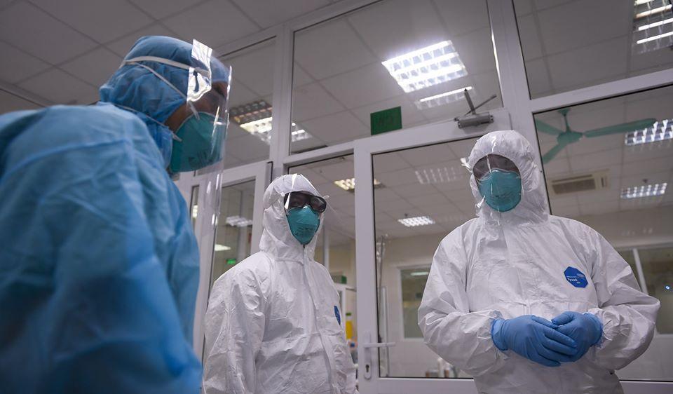 Một nhân viên ngân hàng ở Hà Nội nhiễm COVID-19, là F1 của bệnh nhân công chứng viên - Ảnh 1