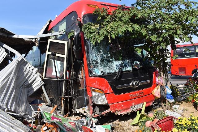 Tin tai nạn giao thông ngày 6/2: Va chạm kinh hoàng với ô tô trong đêm, 3 người tử vong thương tâm - Ảnh 2