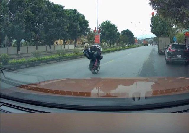"""Tin tức pháp luật mới nhất ngày 2/3/2021: """"Quái xế"""" 18 tuổi bốc đầu xe máy trên quốc lộ khai gì? - Ảnh 1"""