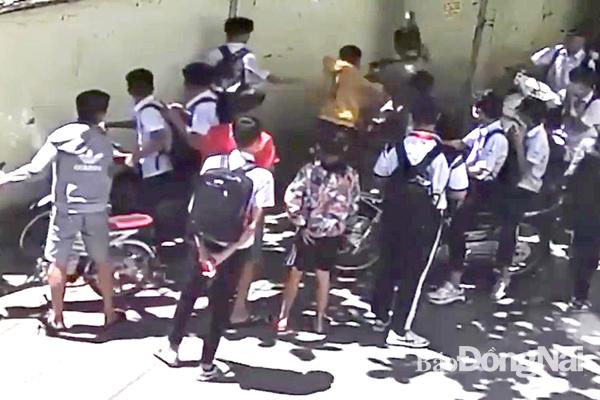 Nam sinh lớp 8 bị nhóm đối tượng lạ mặt đánh hội đồng ngay trước cổng trường - Ảnh 1