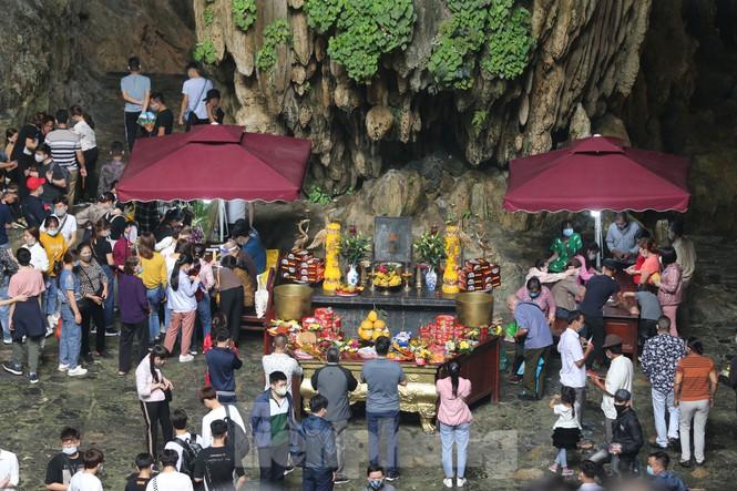 Chùa Hương mở cửa trở lại: Hàng vạn khách thập phương đổ về vãng cảnh, lễ phật - Ảnh 1