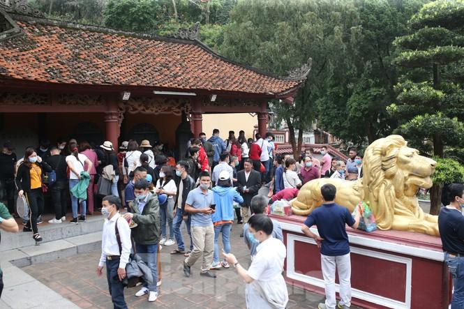 Chùa Hương mở cửa trở lại: Hàng vạn khách thập phương đổ về vãng cảnh, lễ phật - Ảnh 2