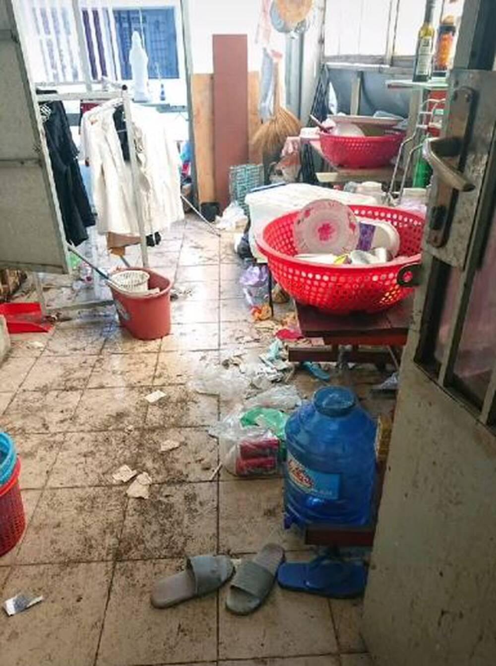 Cận cảnh căn phòng trọ ngập ngụa rác của 4 nữ sinh ở TP.HCM, cộng đồng mạng lắc đầu ngao ngán - Ảnh 2