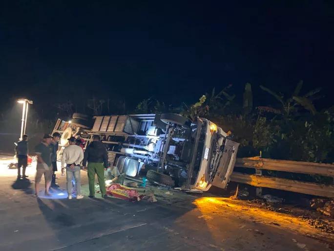 Xe tải và xe cẩu tông nhau kinh hoàng trên cầu Lò Xo, 2 người thương vong - Ảnh 1