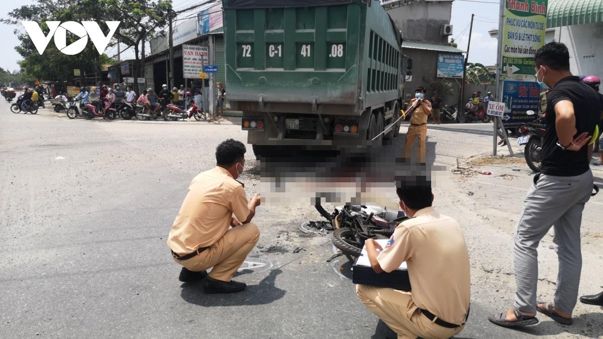 Tin tai nạn giao thông ngày 20/3: Xót xa 2 công nhân bị xe ben cán tử vong giữa ngã tư - Ảnh 2