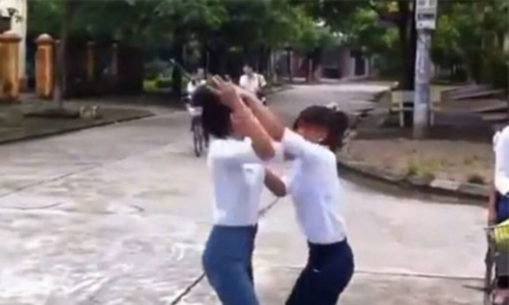 Vụ nữ sinh lớp 10 ở Hà Nội bị bạn lột áo, kéo lê ra đường: Nhà trường cử người đến động viên - Ảnh 1