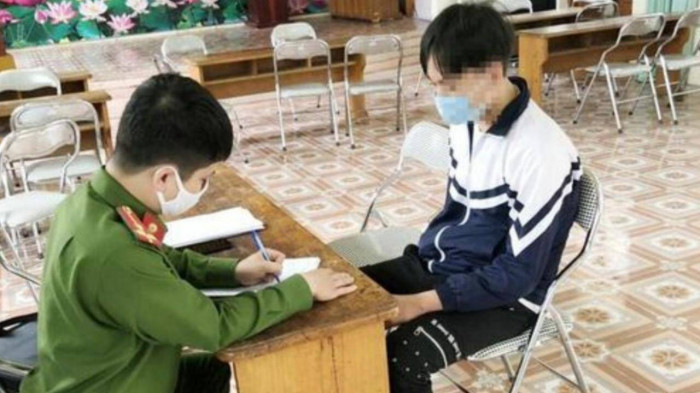 Vụ nữ sinh lớp 10 ở Hà Nội bị bạn lột áo, kéo lê ra đường: Nhà trường cử người đến động viên - Ảnh 2