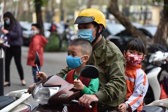 """Học sinh Hà Nội ngày đầu trở lại trường sau """"kỳ nghỉ Tết dài"""", đeo khẩu trang cả khi ngồi trong lớp - Ảnh 1"""