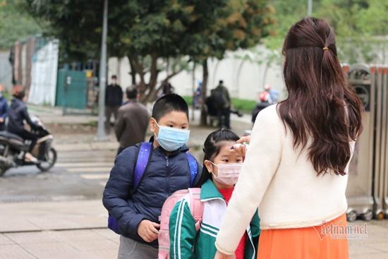 """Học sinh Hà Nội ngày đầu trở lại trường sau """"kỳ nghỉ Tết dài"""", đeo khẩu trang cả khi ngồi trong lớp - Ảnh 10"""