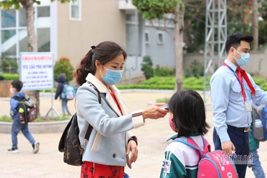 """Học sinh Hà Nội ngày đầu trở lại trường sau """"kỳ nghỉ Tết dài"""", đeo khẩu trang cả khi ngồi trong lớp - Ảnh 11"""