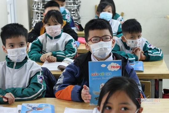 """Học sinh Hà Nội ngày đầu trở lại trường sau """"kỳ nghỉ Tết dài"""", đeo khẩu trang cả khi ngồi trong lớp - Ảnh 12"""