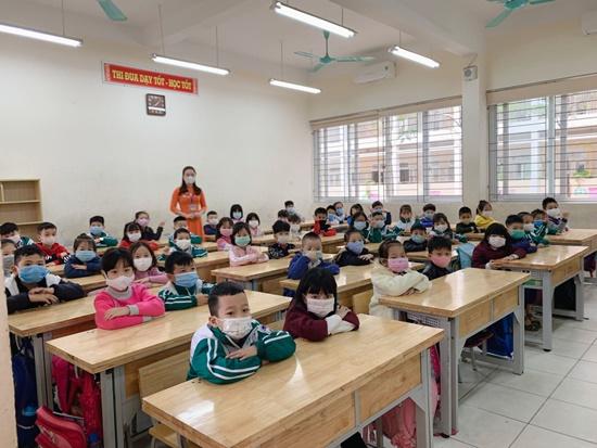"""Học sinh Hà Nội ngày đầu trở lại trường sau """"kỳ nghỉ Tết dài"""", đeo khẩu trang cả khi ngồi trong lớp - Ảnh 13"""