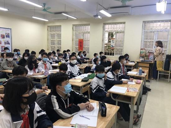 """Học sinh Hà Nội ngày đầu trở lại trường sau """"kỳ nghỉ Tết dài"""", đeo khẩu trang cả khi ngồi trong lớp - Ảnh 14"""