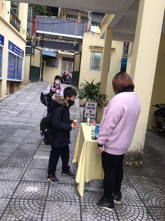 """Học sinh Hà Nội ngày đầu trở lại trường sau """"kỳ nghỉ Tết dài"""", đeo khẩu trang cả khi ngồi trong lớp - Ảnh 15"""