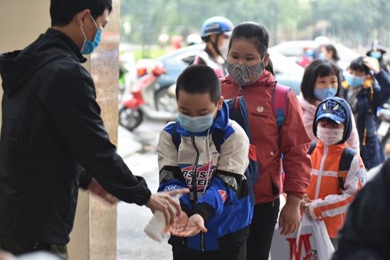 """Học sinh Hà Nội ngày đầu trở lại trường sau """"kỳ nghỉ Tết dài"""", đeo khẩu trang cả khi ngồi trong lớp - Ảnh 2"""