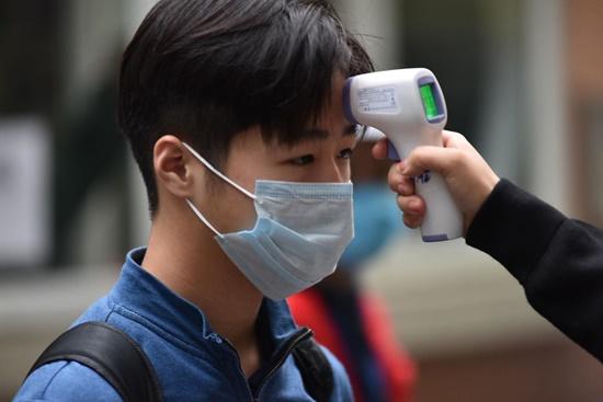 """Học sinh Hà Nội ngày đầu trở lại trường sau """"kỳ nghỉ Tết dài"""", đeo khẩu trang cả khi ngồi trong lớp - Ảnh 4"""