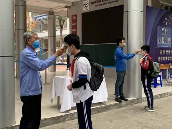 """Học sinh Hà Nội ngày đầu trở lại trường sau """"kỳ nghỉ Tết dài"""", đeo khẩu trang cả khi ngồi trong lớp - Ảnh 7"""