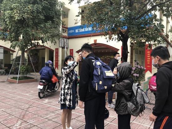 """Học sinh Hà Nội ngày đầu trở lại trường sau """"kỳ nghỉ Tết dài"""", đeo khẩu trang cả khi ngồi trong lớp - Ảnh 8"""