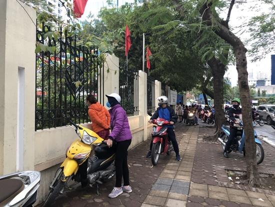 """Học sinh Hà Nội ngày đầu trở lại trường sau """"kỳ nghỉ Tết dài"""", đeo khẩu trang cả khi ngồi trong lớp - Ảnh 9"""